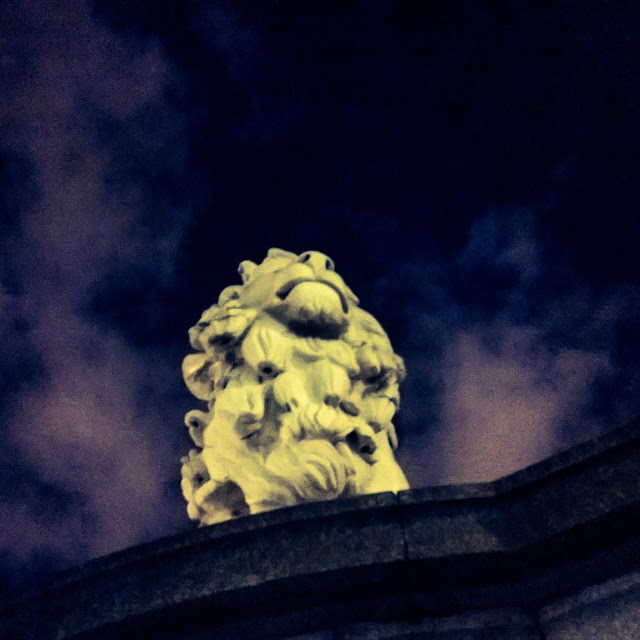 Instagram Photography Tour with Joe Bloggers and Best London Walks review - #giffgaffsnaps. Night time view of London, Lion at Westminster Bridge